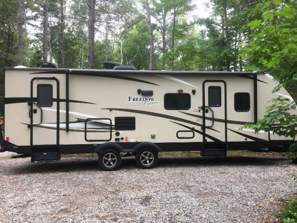 2017 Coachmen  Freedom Express 282BHDS