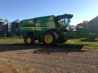 2013 John Deere S690 Combine with 615 pick up